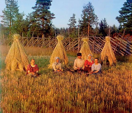 MUJIQUES Camponeses russos retratados, no início do século XX, por Serguêi Prokúdin-Górski, pioneiro da fotografia em cor. Abaixo, a capa de 'Uma confissão' (Foto: Universal History Archive/Getty Images)