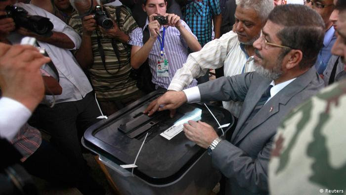 Islamic presidential candidate Mohamed Mursi casting his vote