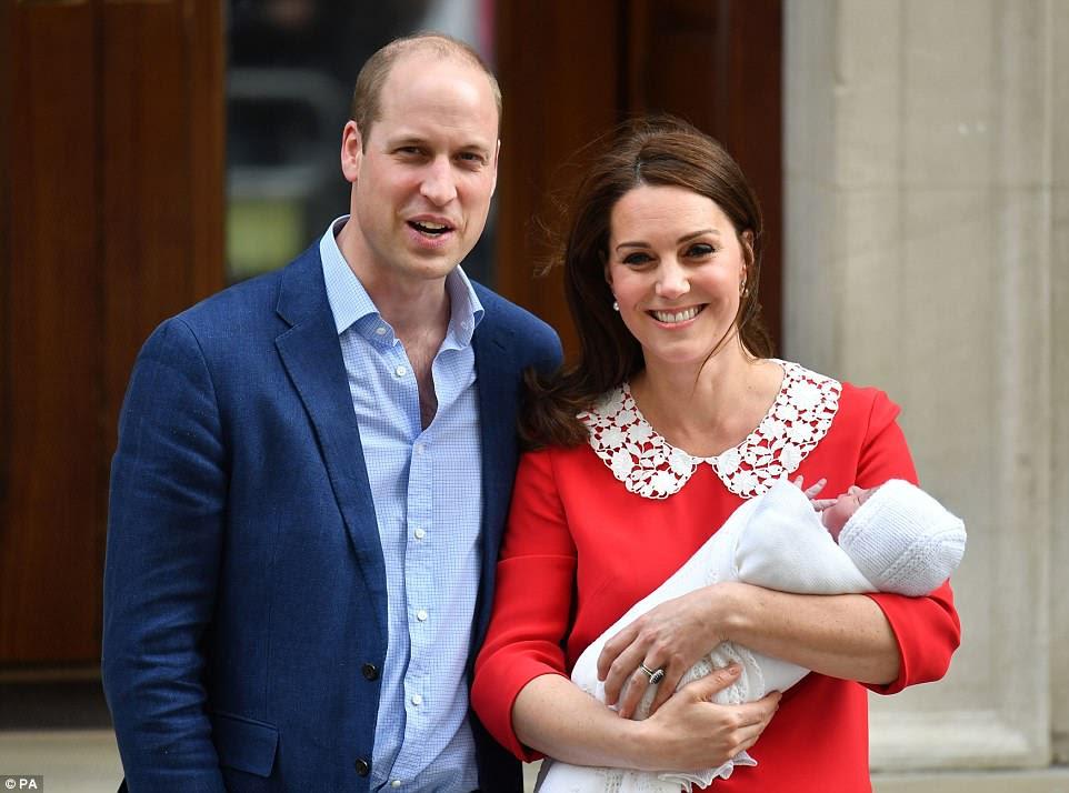Los radiantes padres compartieron su nuevo hijo con el mundo hoy temprano después de que Kate dio a luz a las 11.01 am