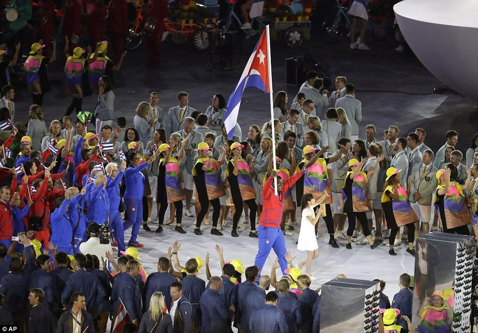 Mijain Nunez Lopez carrega a bandeira de Cuba durante a cerimônia de abertura dos Jogos Olímpicos de Verão de 2016