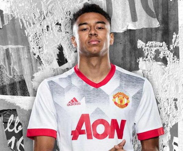 El nuevo camiseta del Manchester United pre-partido 2017 2018 es blanco con una impresión gráfica inspirada en los años 90 y un logotipo rojo de Adidas en el pecho derecho. El cuello y los puños de la manga también son rojos, mientras que el logotipo...