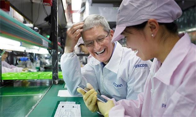Tim Cook en visite dans une usine Foxconn. Image Apple.