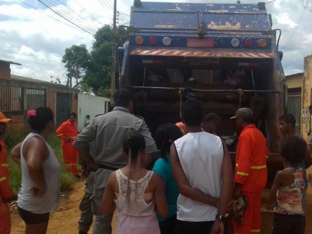 Feto foi achado durante coleta de lixo em Bairro Mansões Village em Águas Lindas de Goiás (Foto: Fernando Alexandre/Arquivo pessoal)