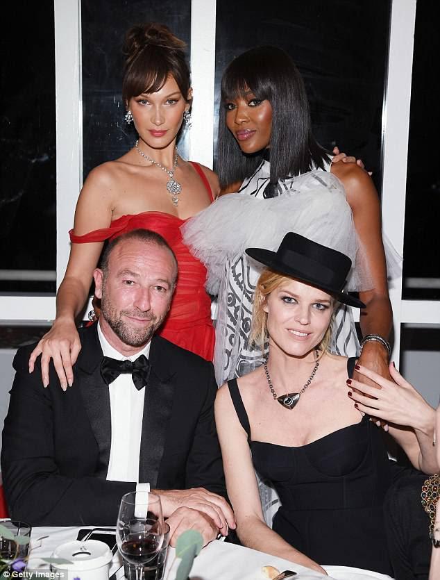 Fora com os amigos: O stunner participou do prestigiado evento de moda ao lado de Bella Hadid (canto superior esquerdo), Eva Herzigova (direita) e Jerome Pulis (esquerda)