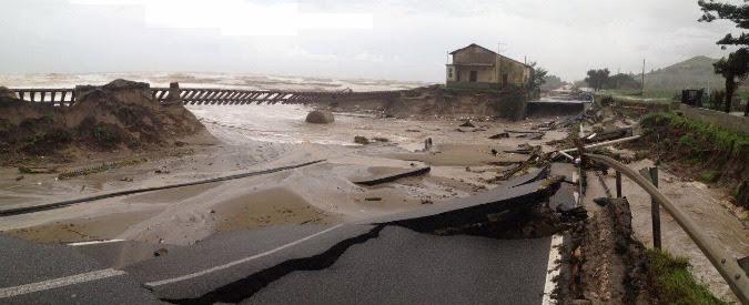 Maltempo Calabria: paesi isolati e ferrovia distrutta. Ora c'è il rischio frane