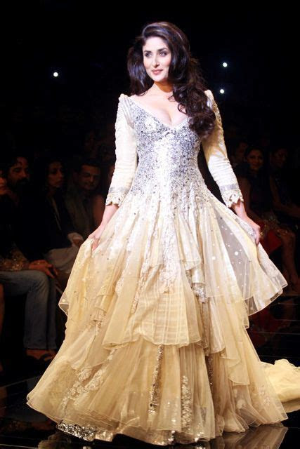 Kareena Kapoor walks the ramp for Manish Malhotra   Asian