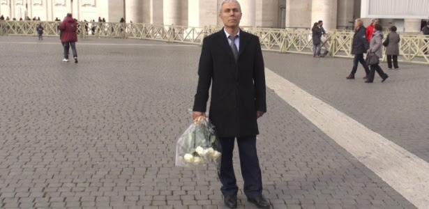 Ali Agca segura buquê de flores que ele depositou no túmulo do papa João Paulo 2º
