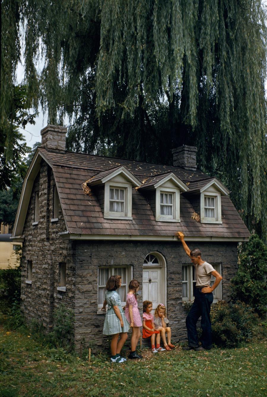 Pastor Colegio buit esta casa para atraer a los jóvenes a los cursos de verano.  Dormitorio, escaleras, cocina, todo es en miniatura.  Shepherdstown, West Virginia, agosto 1948.Photograph por Walter Meayers Edwards, National Geographic
