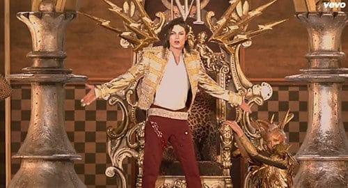 Então, as coisas tornam-se extremamente maçônica.  O fundo inteiro atrás de MJ se torna um padrão de xadrez - o piso ritualística em lojas maçônicas.