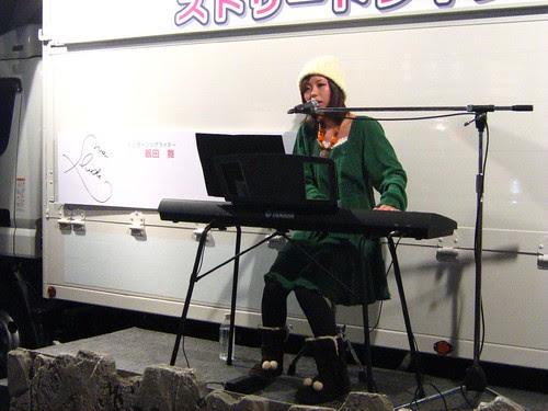 Mai Suida performing