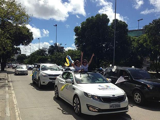 Divulgadores da Telexfree fazem carreata no Recife (Foto: Manoel Filho / TV Globo)