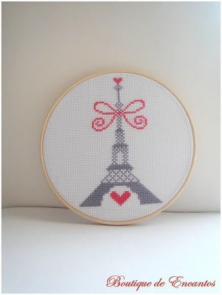 Quadro bordado com a Torre Eiffel.  Combinação de cores a escolher.  R$ 29,90 cada.  Compre em www.boutiquedeencantos.elo7.com.br