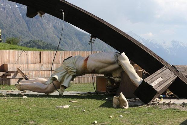 Crucifixo gigante desabou sobre jovem na Itália e acabou esmagando-o (Foto: Ansa)