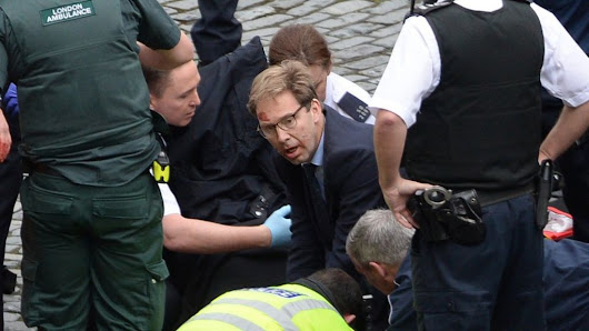 'Hero' MP Tobias Ellwood tried to save stabbed officer - BBC News