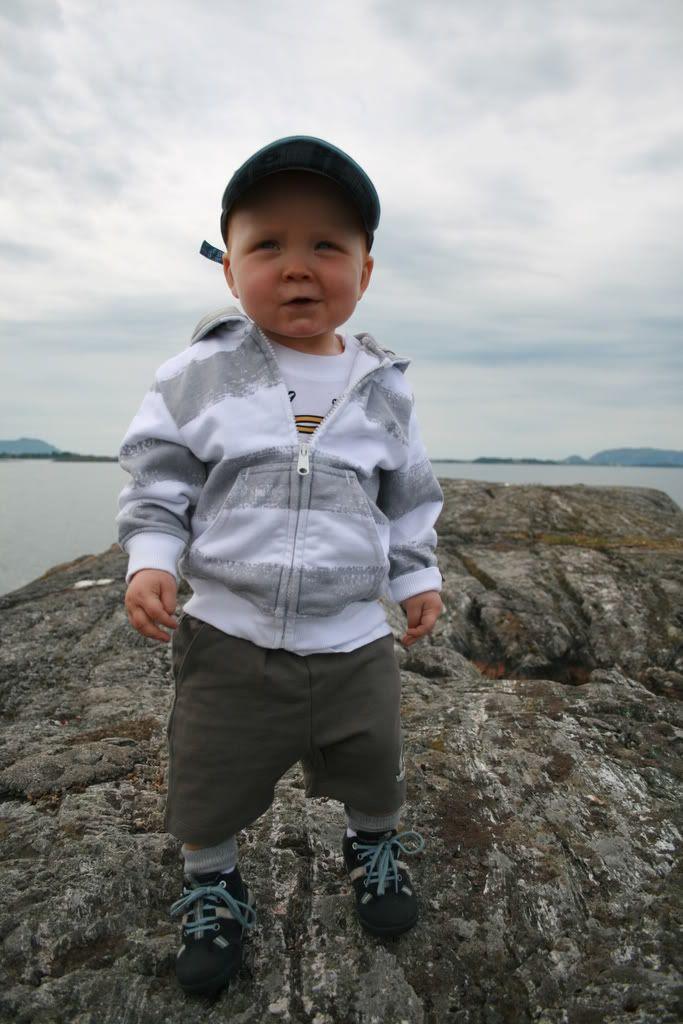 Kaptein Kevin speider utover havet, hi-hi! Kjempegøy - men ikke så lett for en 1-åring å stabbe rundt på rue svaberg nei!