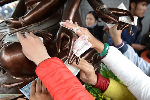 mỹ tục, đánh bạc, mừng tuổi, lì xì, đi lễ, đi chùa, nhét tiền lẻ vào tượng Phật