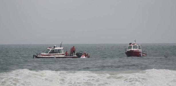 Helicóptero do Corpo de Bombeiros cai no mar da praia de Copacabana durante resgate