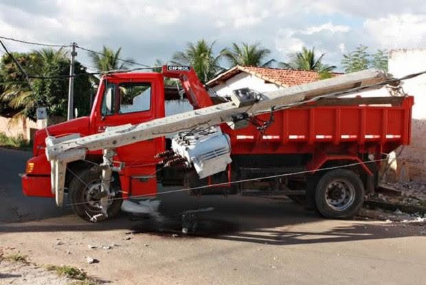 Após tiros, motorista perdeu o controle do veículo e bateu em dois postes, sofrendo um choque (Foto: Agência Miséria)