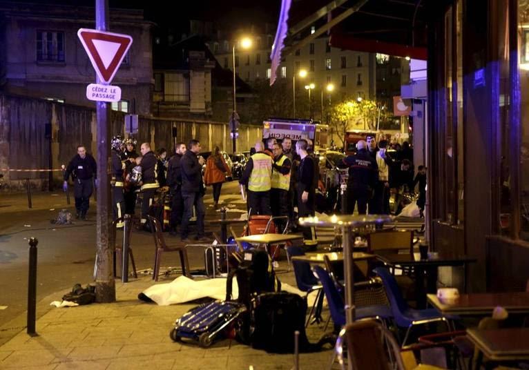 O primeiro ataque ocorreu por volta das 21h20. Dois atiradores abriram fogo contra os restaurantes Petit Cambodge e Le Carrillion, no 10º arrondissement, região nordeste da capital