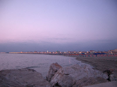 Veduta della spiaggia dalla darsena di Viareggio al tramonto