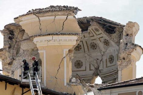 Los bomberos inspeccionan los daños en la cúpula de la catedral. | Reuters