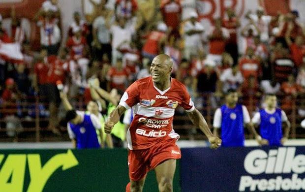 Denílson vibra com gol marcando contra o América-RN (Foto: Ailton Cruz/ Gazeta de Alagoas)