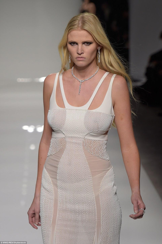 Atreva-se a descobrir: Lara Stone foi braless e piscou seus amplos ativos como ela caminhou na passarela vestindo um vestido branco semi-sheer