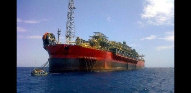 Especialistas retornaram nesta manhã ao navio para verificar se há condições de segurança para seguir com as buscas