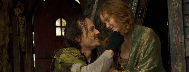 Heath Ledger e Lily Cole contracenam em cena do filme de  Terry Gilliam.