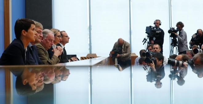 Frauke Petry, la compresidenta del partido ultraderechista alemán AfD (la primera por la izquierda), junto a otros dirigentes del partido (Joerg Meuthen, Alice Weidel, Alexander Gauland), la rueda de prensa en Berlìn tras las elecciones legislativas del d