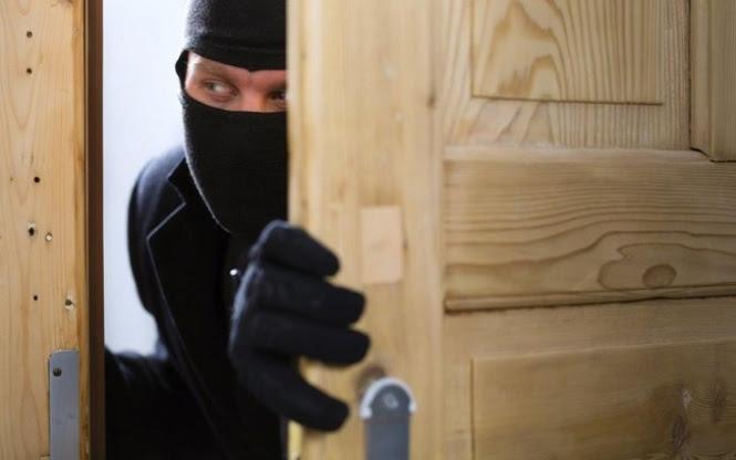 Resultado de imagem para ladrão entrando em casa