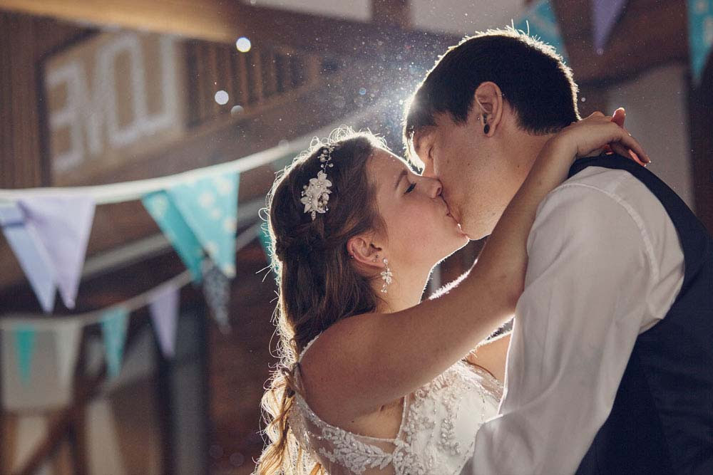 Romantic 1st dance kiss - www.helloromance.co.uk