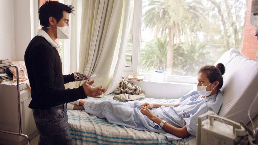 Edgar habla con Monserrat, una paciente hospitalizada, por tuberculosis multirresistente (TB-MDR) en México que se curó en 2013.