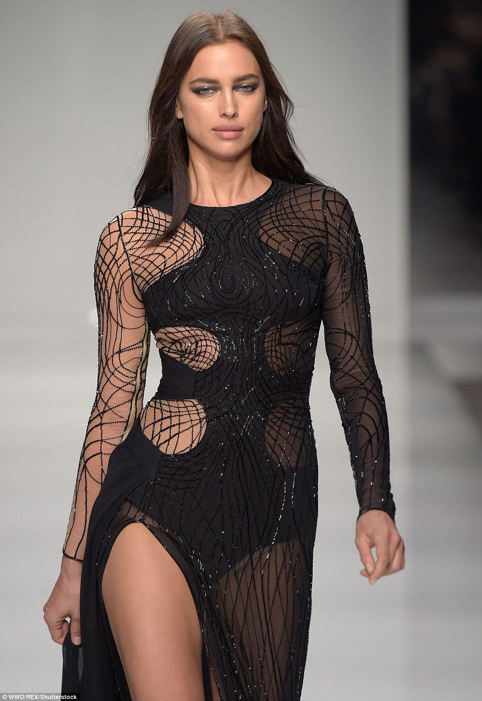 Sedutor: Irina, 30, colocada em uma exibição extremamente pernas tortas em uma cortada para o vestido de corte preto coxa no show Versace na Paris Fashion Week, no domingo