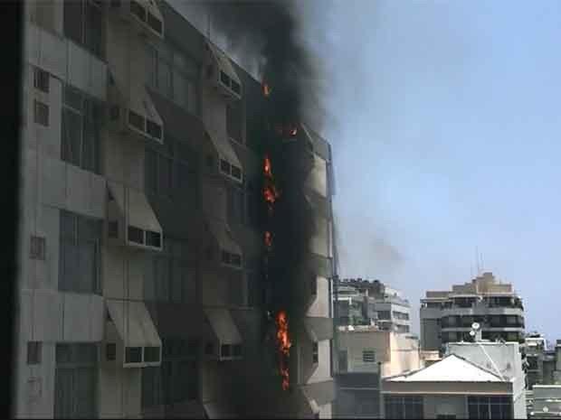 Leitor registrou as chamas no prédio em frente (Foto: Paulo Piles Cegalla / VC no G1)