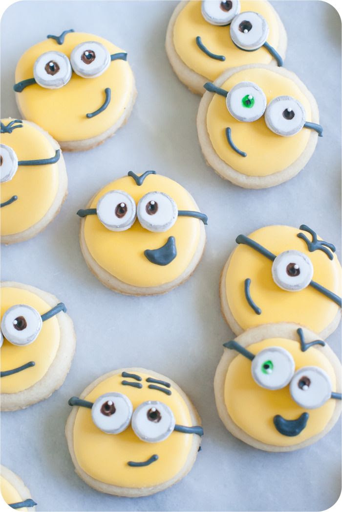 Minions decorated cookies, step-by-step > recipes + tutorial from bakeat350.net ... perfect for a Minions or Despicable Me-themed party