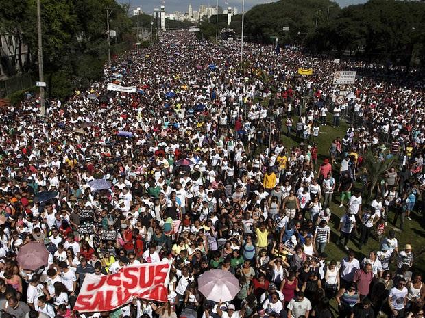 Milhares de pessoas participam da Marcha para Jesus em São Paulo (Foto: Daniel Guimarães/AFP)