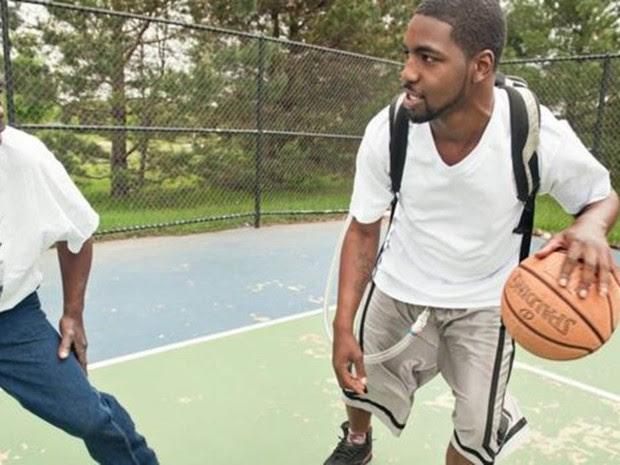 Stan Larkin, com o coração artificial, jogando basquete com seu pai (Foto: Universidade de Michigan/Divulgação)