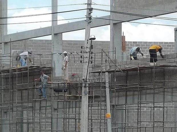 Pedreiros trabalhavam sem equipamentos de segurança em RibeirãoPreto, SP (Foto: Marcel Albino/VC no G1)