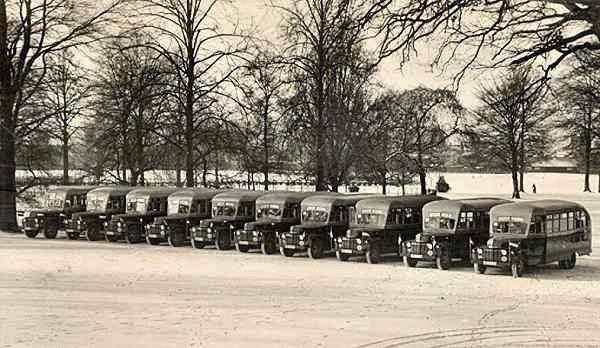 1952 Ford schoolbussen met carrosserie van Wayne (U.S.A.). Opname in het Volkspark bij de offici