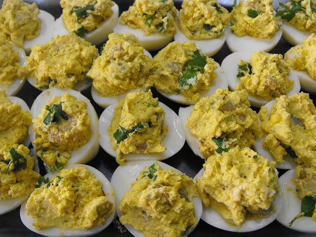 Ovos rechaeados com camarão e queijo de barrar