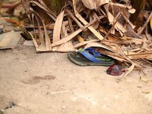 Sandália foi encontrada próxima ao local onde estava o corpo (Foto: Jonathan Lins/G1)