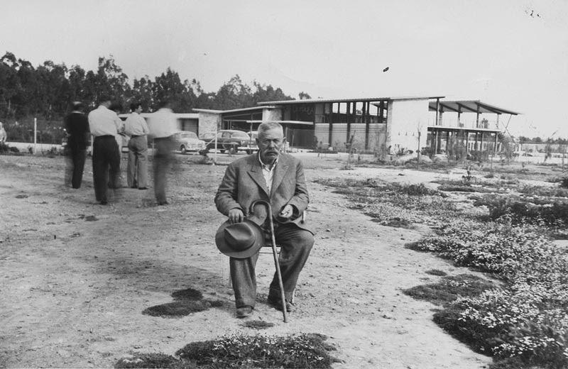 1950. Ο πατέρας, Αντώνης Αντωνόπουλος, μπροστά από τα Αστέρια, όταν αυτά ακόμη κτίζονταν.