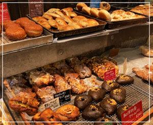 続々と焼き上がり並べられていくパンたち。どれも美味しそう……!