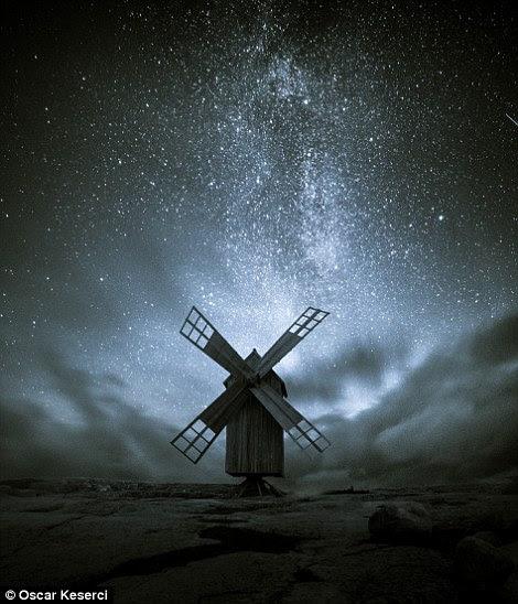 O moinho de vento velho em Kirkkonummi é feito de um retrato composto de duas exposições