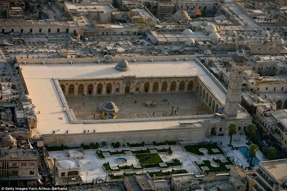 Antes do conflito na Síria, a Mesquita dos Omíadas de Aleppo, também conhecida como a Grande Mesquita ficou orgulhosamente na cidade