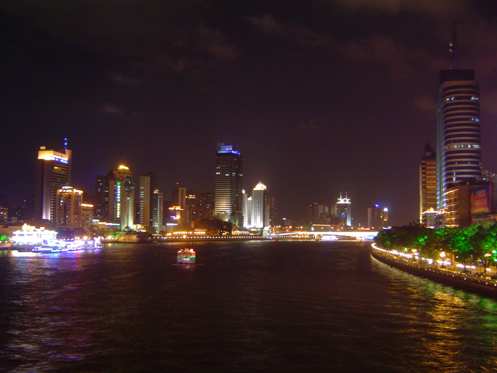 http://upload.wikimedia.org/wikipedia/commons/d/da/Pearl_River_in_Guangzhou.JPG