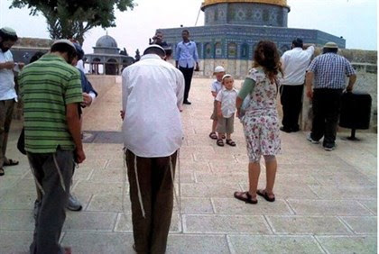 Jews pray on Temple Mount