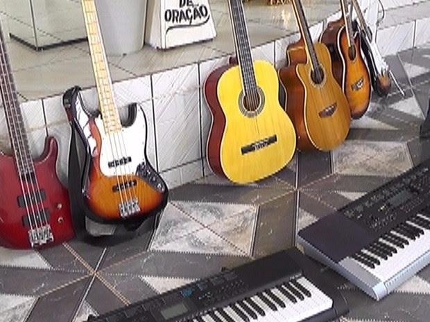 Os instrumentos roubados da igreja eram usados nos cultos e também para aulas de música para crianças carentes em Cacoal. (Foto: Tribuna Popular/Divulgação)