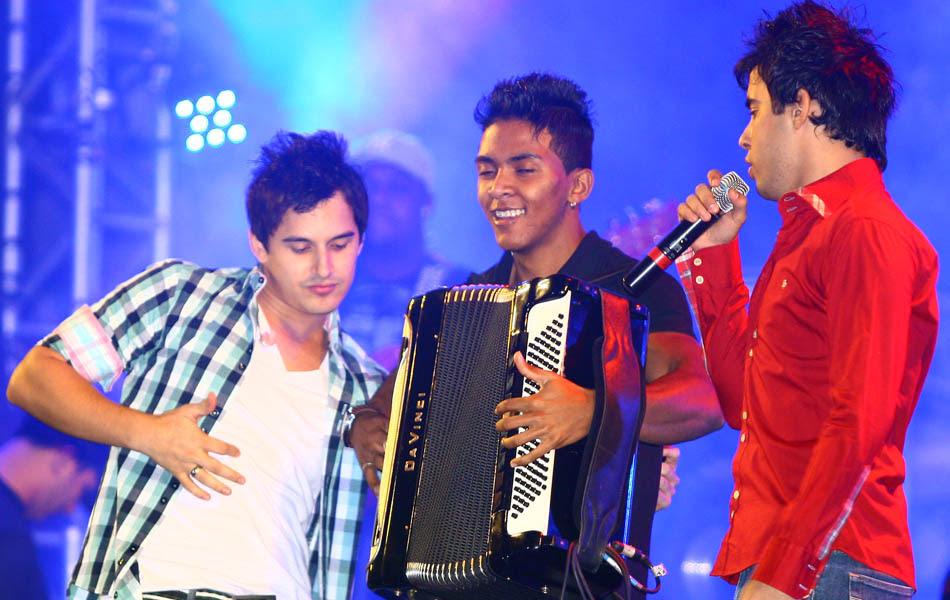 Clayton e Romário cantam 'Para nossa alegria'